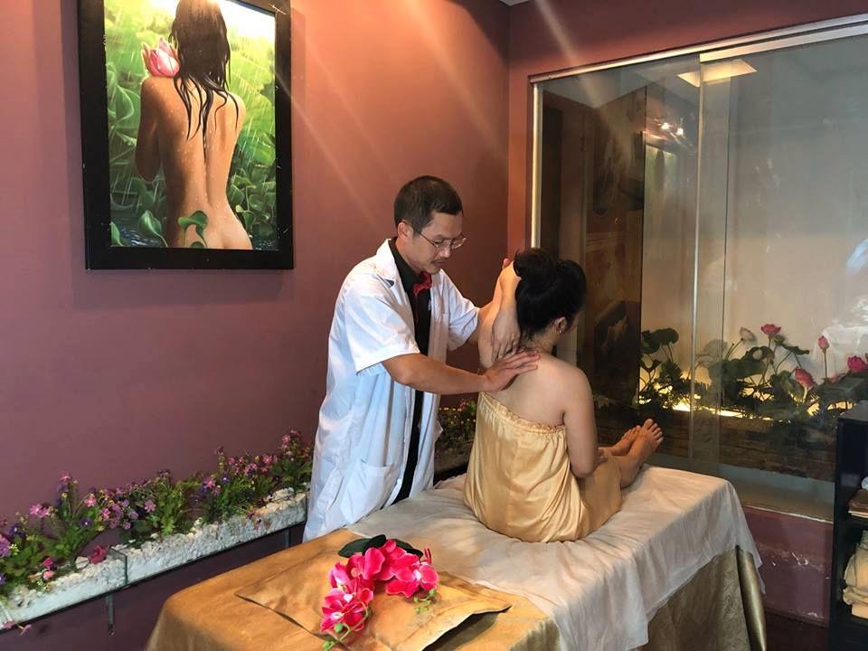 Massage vật lý trị liệu.